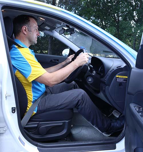 طريقة الجلوس الخاطئة أثناء القيادة أحد اسباب ارتكاب الحوداث