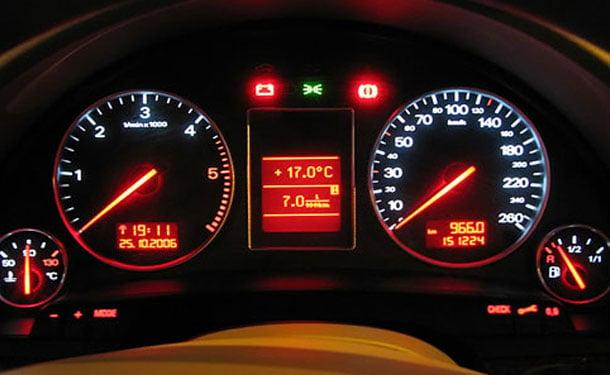 كيف تتصرف عند إضاءة مؤشر البطارية في السيارة