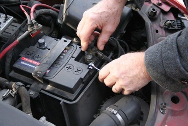 أضرار إزالة أقطاب بطارية السيارة أثناء دوران المحرك