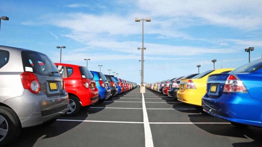الفرق بين الرجل والمرأة في اختيار لون السيارة