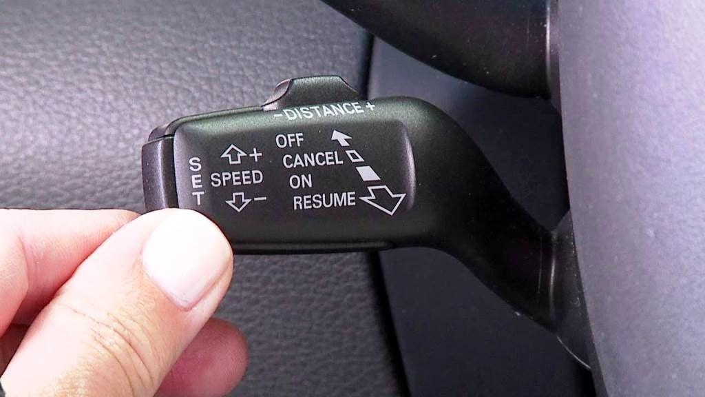 كيفية تشغيل مثبت السرعة بالسيارة