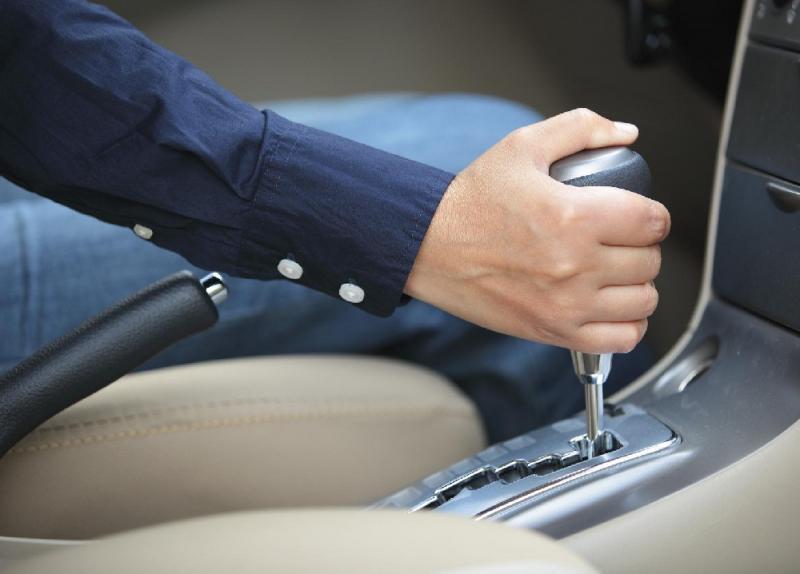 أخطاء لا تفعلها أثناء قيادة سيارتك