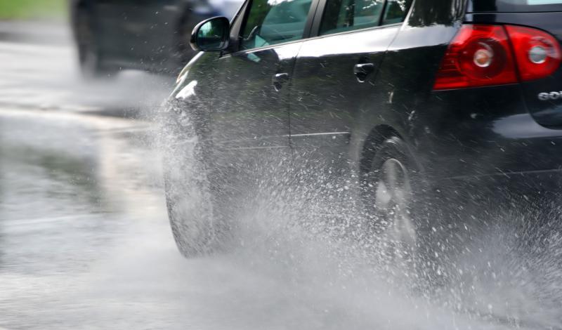 كيف تُحكم السيطرة على سيارتك في الطرق الزلقة.