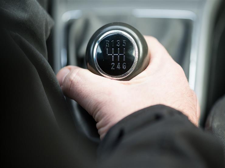 ما الأضرار التي تصيب السيارة عند نقل الحركة بشكل خاطئ؟