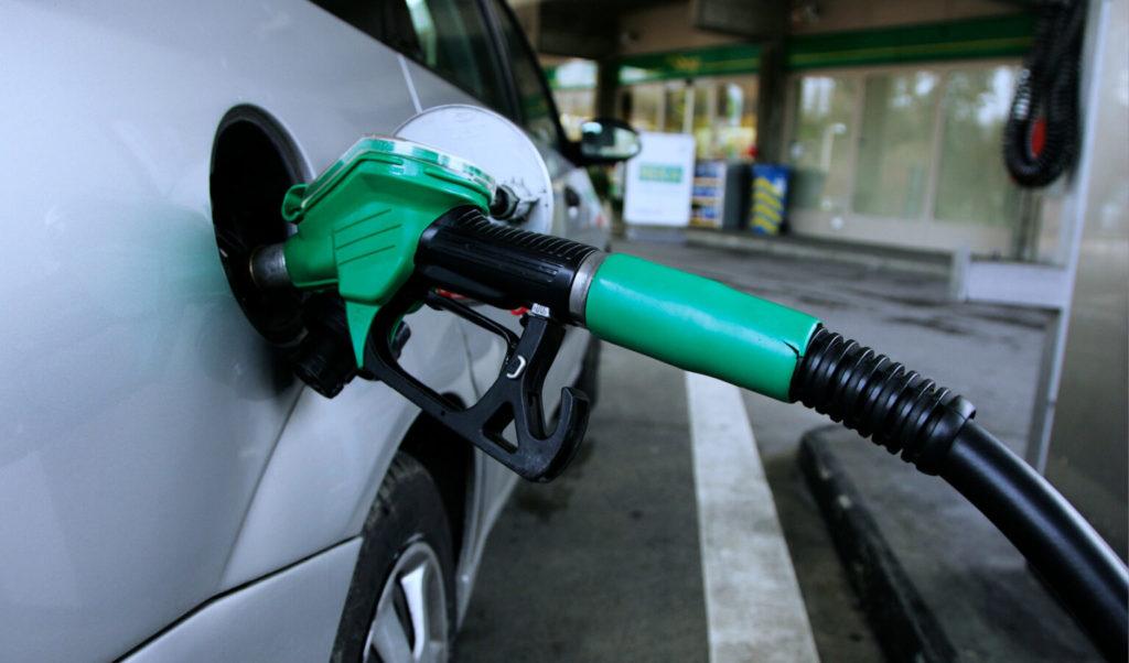 تعبئة خزان الوقود بالكامل قد يضر سيارتك !