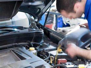 تغيّر لون زيت المحرك دلالة على مشكلة بالسيارة.. دعونا نرى