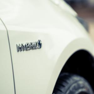 سيارة هايبرد لون أبيض